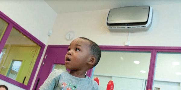 Imagen niños en guardería Babilou. PHS Serkonten colaborador en saneamiento e higiene para todo tipo de lugares. Cuidando de los más pequeños.
