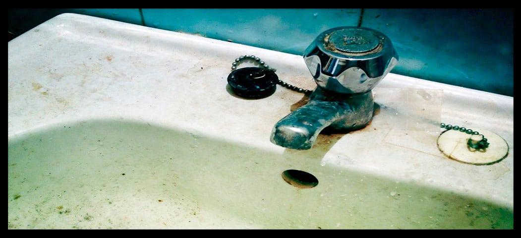 cómo quitar el mal olor del baño